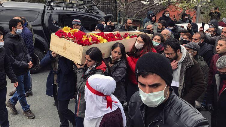 Le cercueil recouvert de fleurs de la chanteuse Helin Bölek, morte des suites d'une grève de la faim, est porté dans les rues d'Istanbul, le 3 avril 2020 (AP / SIPA)