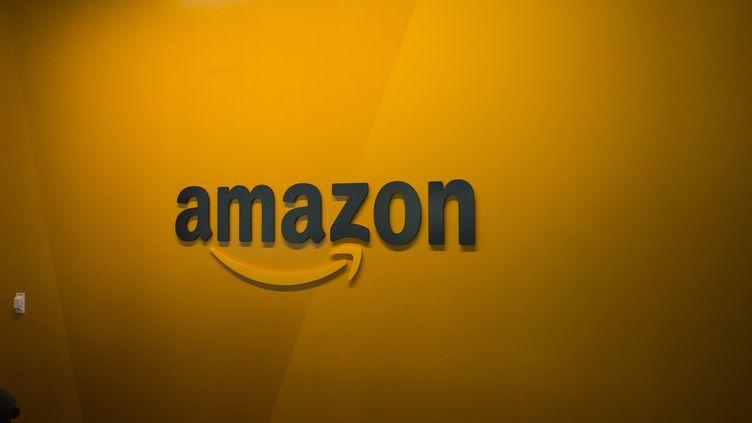 Le logo du site de vente en ligne Amazon à l'intérieur du siège du groupe, à Seattle (Etats-Unis), le 16 juin 2017. (DAVID RYDER / AFP)