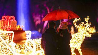Un couple devant des illuminations de Noël, à Berlin (Allemagne), le 22décembre 2019. (photo d'illustration) (GEORG WENZEL / DPA-ZENTRALBILD / AFP)