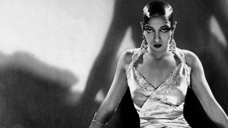 Faut-il faire entrer au Panthéon Joséphine Baker, la célèbre danseuse de music-hall ? Elle était américaine et avait été naturalisée française. Elle a eu un rôle important à la résistance. Une pétition a été lancée et signée par des personnalité pour qu'elle entre au Panthéon. (CAPTURE ECRAN FRANCE 2)