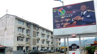 Une affiche électorale du président Teodoro Obiang Nguema, du Parti démocratique de Guinée Equatoriale (PDGE), dans une rue vide de Malabo lors de la présidentielle en avril 2016. (STRINGER / AFP)