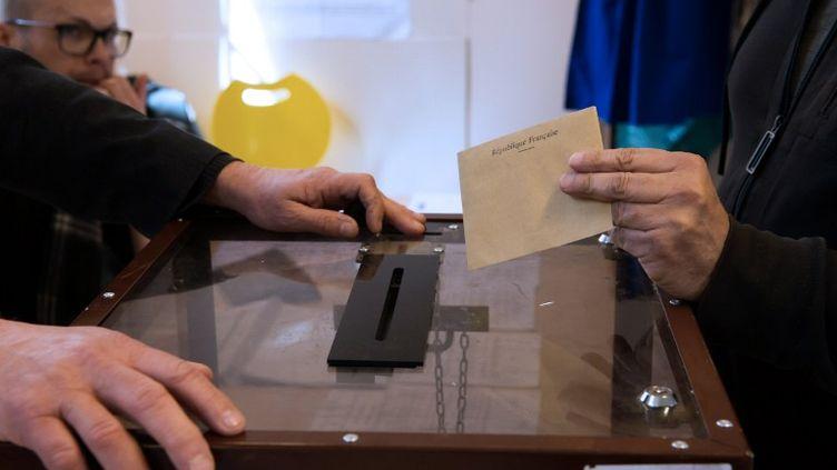 Dans un bureau de vote d'Avignon (Vaucluse) lors du second tour départementales, le 29 mars 2015. (BERTRAND LANGLOIS / AFP)