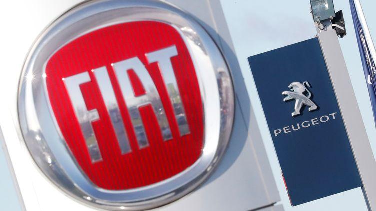 Les logos des marques Fiat et Peugeot à Saint-Nazaire (Loire-Atlantique), le 8 novembre 2019. (STEPHANE MAHE / REUTERS)