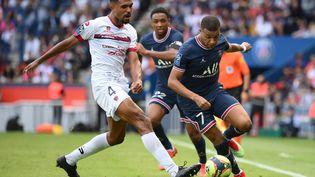 Le Parisien Kylian Mbappé contre le ClermontoisCédric Hountondji, samedi 11 septembre 2021. (FRANCK FIFE / AFP)