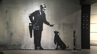 Reproduction d'une fresque peinte par Banksy près de la Sorbonne à Paris et exposée à l'Espace Lafayette-Drouot. (Banksy / capture d'écran France 3 Paris Ile-de-France)