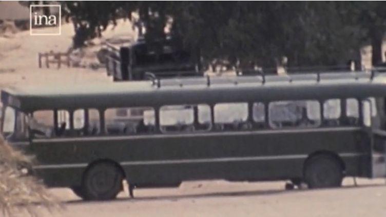 """En 1976, à Djibouti, 30 enfants français ont été retenus pendant plus de 32 heures par des terroristes avant d'être libérés par le GIGN. Le film """"L'Intervention"""" relate cet événement. (FRANCE 2)"""