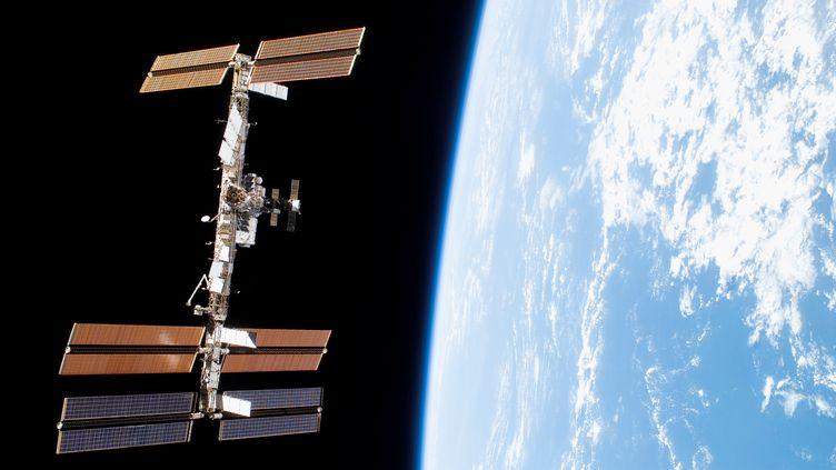 La Station spatiale internationale vue depuis la navette Discovery, le 5 novembre 2017. (HO / NASA / AFP)