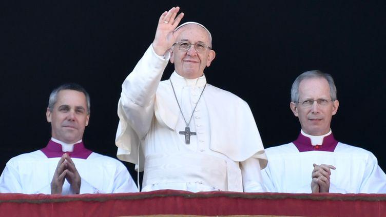 """Le pape François s'adresse aux fidèles depuis un balcon de la basilique Saint-Pierre, au Vatican, pour sa traditionnelle bénediction """"Urbi et Orbi"""", le 25 décembre 2017. (ANDREAS SOLARO / AFP)"""