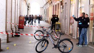 Des policiers enquêtent sur le lieu de l'agression de trois militaires, à Nice (Alpes-Maritimes), le 3 février 2015. (  MAXPPP)