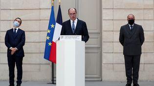 Le Premier ministre, Jean Castex, entourés du ministre de l'Intérieur, Gérald Darmanin (gauche), et du ministre de la Justice, Eric Dupond-Moretti (droite), lors d'un point presse à l'Elysée, le 23 octobre 2020. (IAN LANGSDON / AFP)