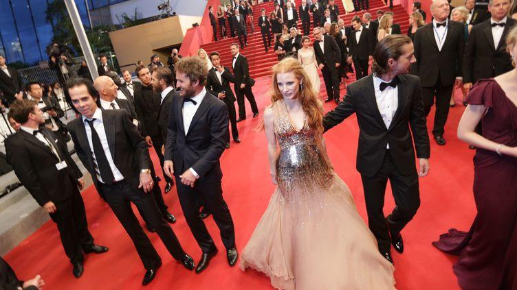"""L'équipe du film """"Des hommes sans loi """"(JessicaChastain,Shia Labeouf,JasonClarkeetNickCave)quittent le palais des Festivals le 19 mai 2012 à Cannes. (VALERY HACHE / AFP)"""