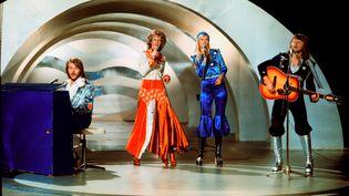 Le groupe suédois ABBA chante Waterloo au concours de l'Eurovision, le 9 février 1974, à Brighton (Royaume-Uni). (OLLE LINDEBORG / SCANPIX SWEDEN / AFP)