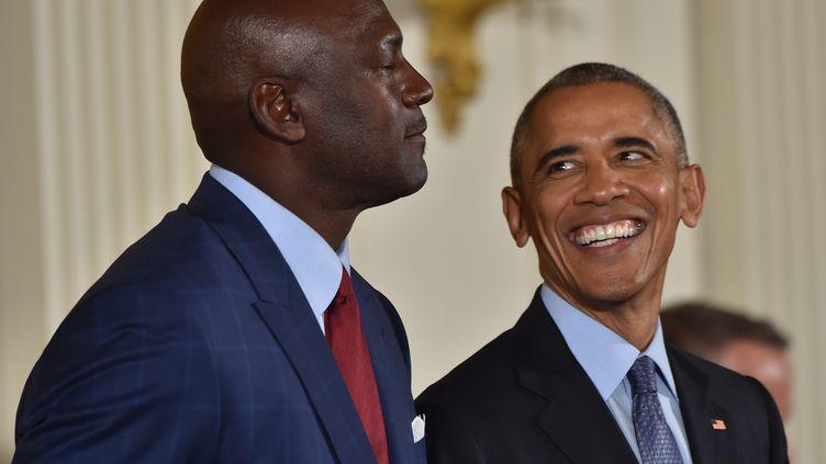 Michael Jordan, observé par Barack Obama, qui vient de lui décerner la plus haute distinction pour un citoyen américain. (NICHOLAS KAMM / AFP)