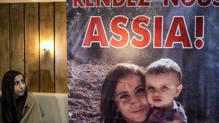 """Meriam Rhaiem s'exprime devant une affiche intitulée """"Rendez-nous Assia"""", le 22 mars 2014, à Lyon (Rhône), pour alerter sur le sort de sa fillette emmenée en Syrie par le père de celle-ci. (JEFF PACHOUD / AFP)"""