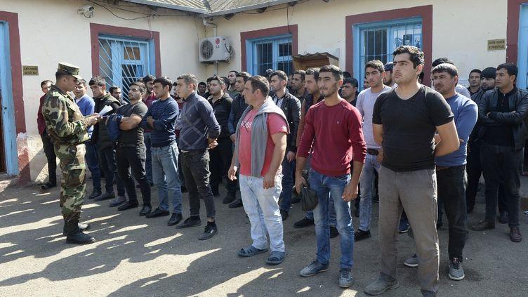 Des hommes sont rassemblés dans un commissariat militaire d'une colonie du Beylagan, en Azerbaïdjan, le 30 septembre 2020, quelques jours après que le pays a déclaré une mobilisation avec le début de combats dans la région du Haut-Karabakh. (TOFIK BABAYEV / AFP)