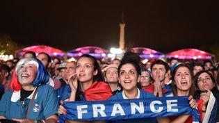 Des supporters françaisregardent la finale de l'Euro 2016 entre la France et le Portugal, le 10 juillet 2016 àBordeaux. (NICOLAS TUCAT / AFP)