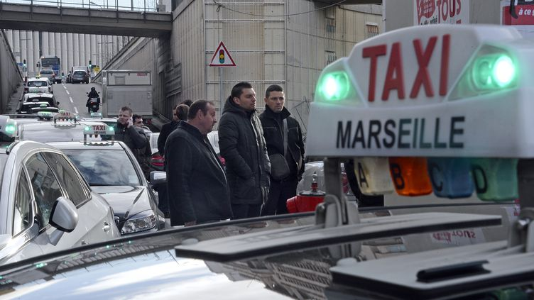 Des taxis en grève à Marseille (Bouches-du-Rhône), le 19 décembre 2012. (ANNE-CHRISTINE POUJOULAT / AFP)