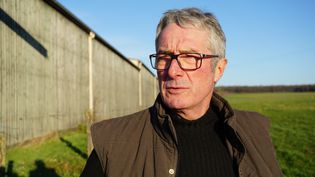 Le céréalier Dominique Marchal dans un des champs proches de son exploitation de Serres (Meurthe-et-Moselle), le 29 janvier 2016. (JULIE RASPLUS / FRANCETV INFO)