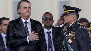 Le président brésilienJair Bolsonaro et le commandant de l'armée de terreEdson Pujol en 2019. (SERGIO LIMA / AFP)