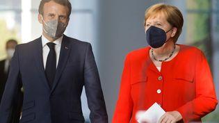 Le président français Emmanuel Macron et la chancelière allemande Angela Merkel lors d'une conférence de presse commune, à Berlin (Allemagne), le 18 juin 2021. (AXEL SCHMIDT / REUTERS / AFP)