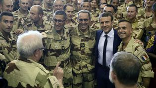 Emmanuel Macron pose avec les soldats français àGao (Mali), le 19 mai 2017 (CHRISTOPHE PETIT TESSON / AFP)