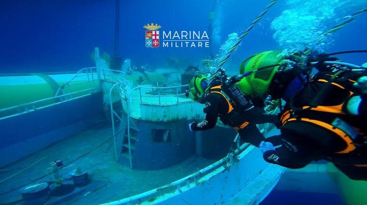 Photo de la marine militaire italienne, en juin 2016, lors des opérations de récupération de l'épave d'un chalutier naufragé le 18 avril 2015 (© MARINE MILITAIRE ITALIENNE)