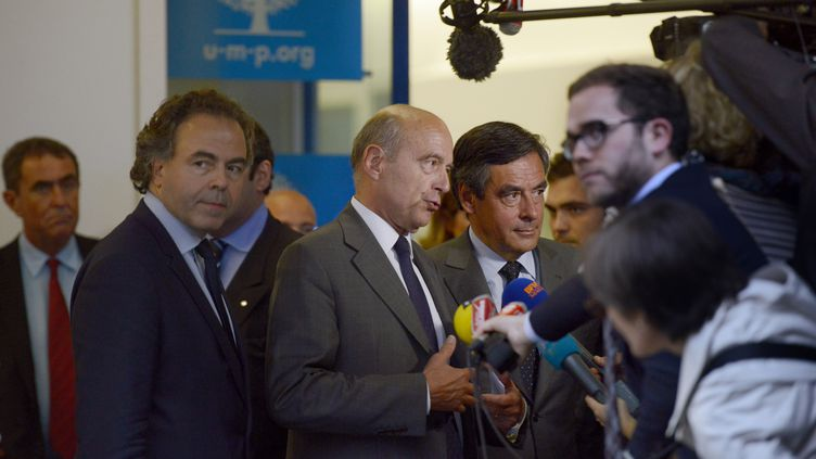 Alain Juppé, François Fillon et Luc Chatel répondent aux questions des journalistes à la sortie du bureau politique de l'UMP, le 10 juin 2014, à Paris. (FRED DUFOUR / AFP)