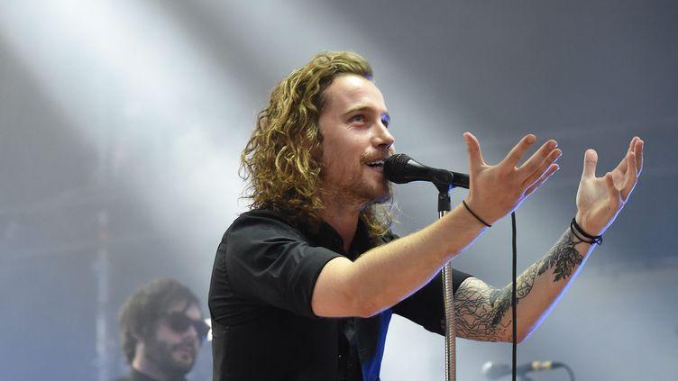 Le chanteur Julien Doré sur scène à Vienne (Isère) lors de sa tournéeLøve, le 20 juillet 2015 (HERVE COSTE / MAXPPP)