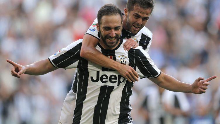 Gonzalo Higuain et Miralem Pjanic, les nouveaux Turinois, à la fête (MARCO BERTORELLO / AFP)
