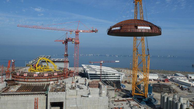 L'EPR de Flamanville (Manche), lors de l'installation du dôme du site, le 16 juillet 2013. (  MAXPPP)