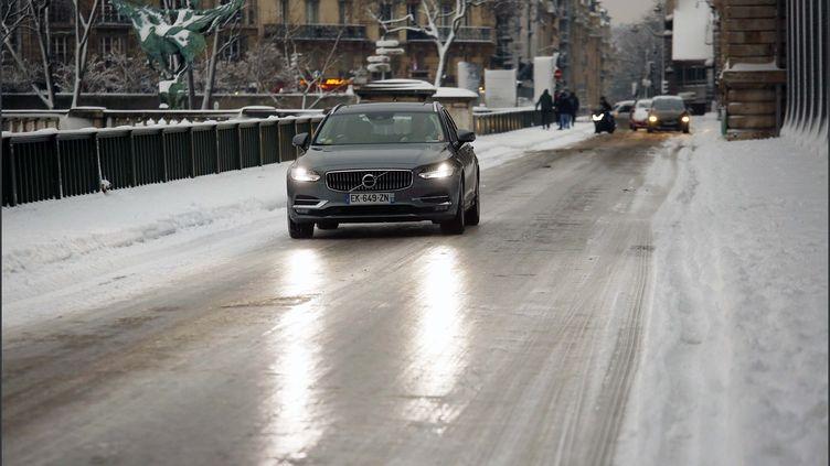 Un voiture circule sur le verglas, dans Paris, le 7 février 2018. (MAXPPP)