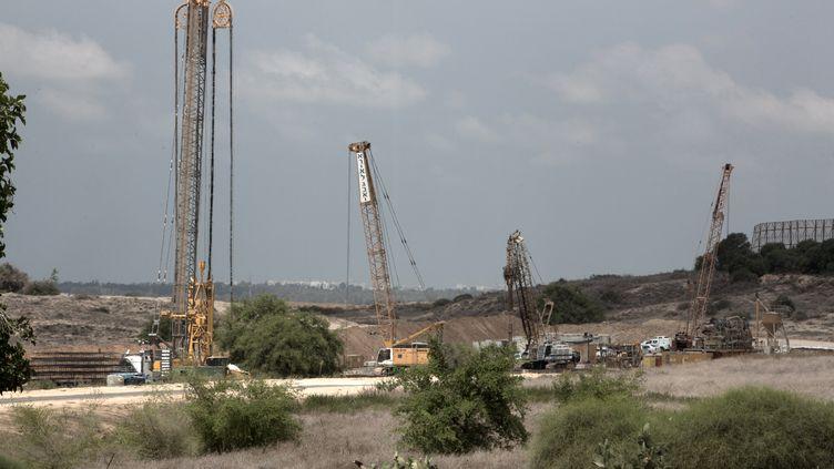 Israël a déjà commencé la construction de cette barrière anti-tunnel à la frontière avec la bande de Gaza. (MENAHEM KAHANA / AFP)