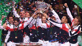 La joie de l'équipe de France après sa victoire en finale de la Coupe Davis face à la Belgique, le 26 novembre 2017, à Lille (Nord). (DENIS CHARLET / AFP)