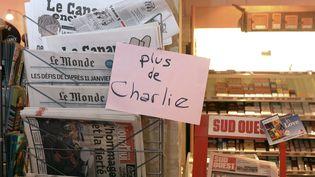 """Dans ce kiosque, il n'y a plus d'exemplaires de """"Charlie Hebdo"""" à vendre, le 14 janvier 2015, à Bordeaux (Gironde). (JEAN PIERRE MULLER / AFP)"""