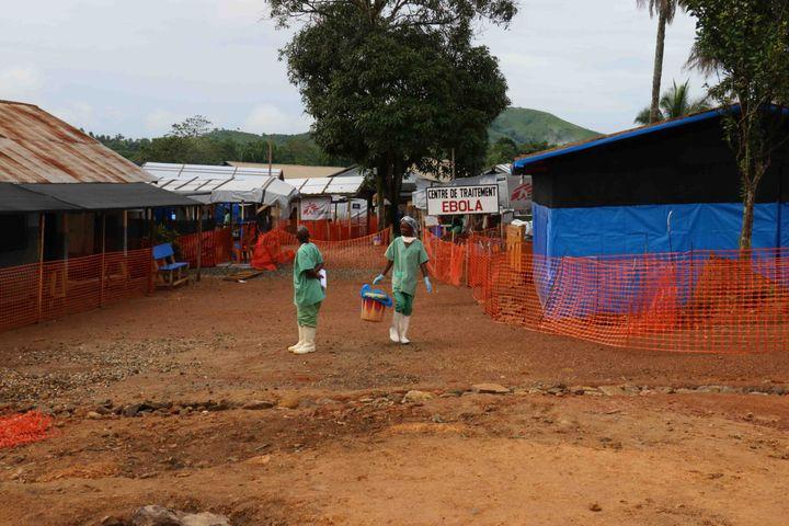 Des soignants s'affairent,le 17 septembre 2014à Guéckédou, en Guinée, où l'épidémie d'Ebola a débuté en décembre 2013. (FABIEN OFFNER / ANADOLU AGENCY / AFP)