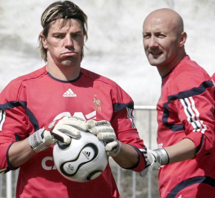 Grégory Coupet et Fabien Barthez, le 25 mai 2006 lors d'un entraînement à Tignes (Savoie). (PASCAL PAVANI / AFP)
