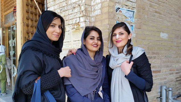 (Negar avec ses amies à Ispahan © Radio France / Isabelle Labeyrie)