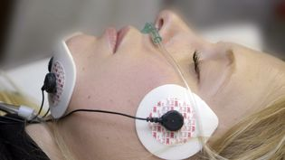 Une patiente endormie a son sommeil décrypté. (BSIP / UNIVERSAL IMAGES GROUP EDITORIAL)