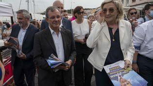 Marine Le Pen et Thierry Mariani lors de la campagne pour les élections régionales, le 17 juin 2021,àSix-Four-les-Plages (Var). (CHRISTOPHE SIMON / AFP)