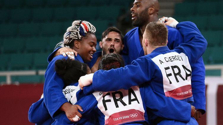 La joie des six judokas français après leur victoire en finale contre le Japon lors de l'épreuve par équipes, le 31 juillet 2021 à Tokyo. (FRANCK FIFE / AFP)