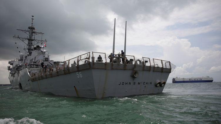 """L'""""USS John S. McCain"""", le 21 août 2017, dans les eaux de Singapour. (AHMAD MASOOD / REUTERS)"""