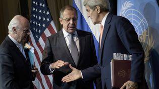 Le ministre russe des Affaires étrangères, Sergueï Lavrov, et le secrétaire d'Etat américain, John Kerry, se serrent la main, le 30 octobre 2015, à Vienne (Autriche). (BRENDAN SMIALOWSKI / AFP)