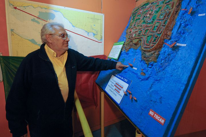 Ruben Collado montre l'emplacement du Clive Lord sur une carte  (DANIEL CASELLI / AFP)