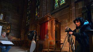 Un modèle anonyme prend la pose dans la cathédrale de Strasbourg  (PATRICK HERTZOG / AFP)