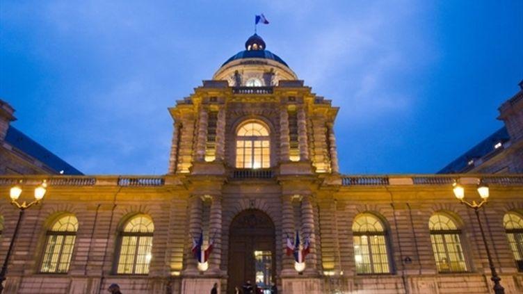 Vue sur la façade du Sénat de nuit, le 26 janvier 2011, à Paris. (AFP - Loic Venance)
