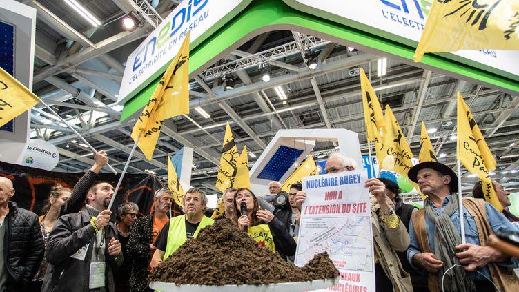 Des militants de la Confédération paysanne, sur le stand d'Enedis, au moment de la visite du ministre François de Rugy, le 26 février 2019 au Salon de l'agriculture à Paris. (AURELIEN MORISSARD / MAXPPP)