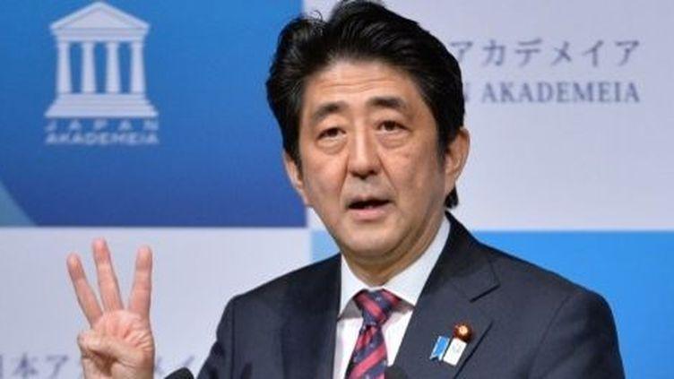 Le Premier ministre Shinzo Abe et les «trois flèches» de sa politique de relance économique. (KAZUHIRO NOGI / AFP)