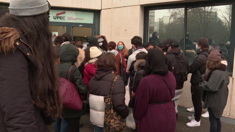 Des étudiants de l'université de Paris-Est Créteil, inquiets des risques sanitaires, ont bloqué l'accès aux examens. (C. Claveaux / France Télévisions)