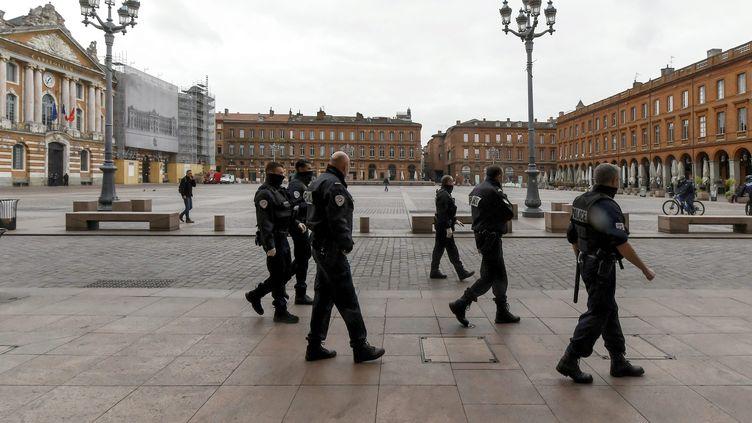 Des policiers patrouillent, place du Capitole, à Toulouse (Haute-Garonne), le 17 mars 2020, au lendemain de la mise en place de mesures de confinement sanitaire. (XAVIER DE FENOYL / MAXPPP)