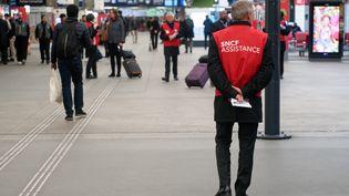 Un agent de la SNCF à la gare Montparnasse, à Paris, le 14 mai 2018 lors d'une journée de grève. (DAN PIER / CROWDSPARK / AFP)